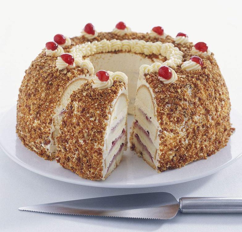 蛋糕,点缀着红色的樱桃,再撒上果仁碎,是不是很像装饰着红宝石的王冠